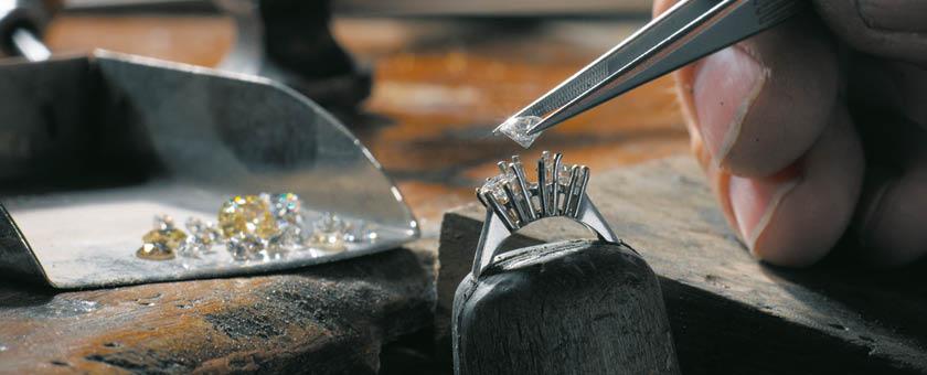 Diamanten in een juweel te laten zetten.